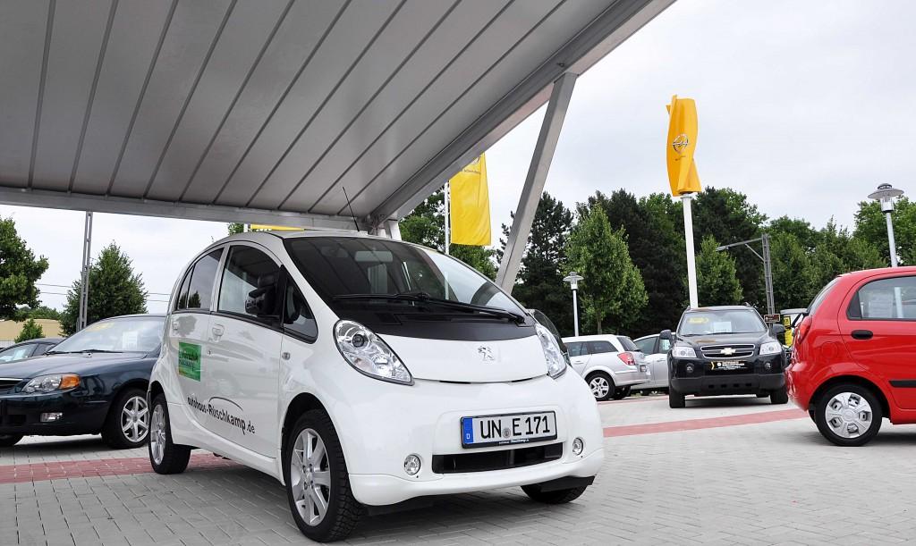 Solarcarport und Windturbine laden unseren Fahrschulwagen in Dortmund