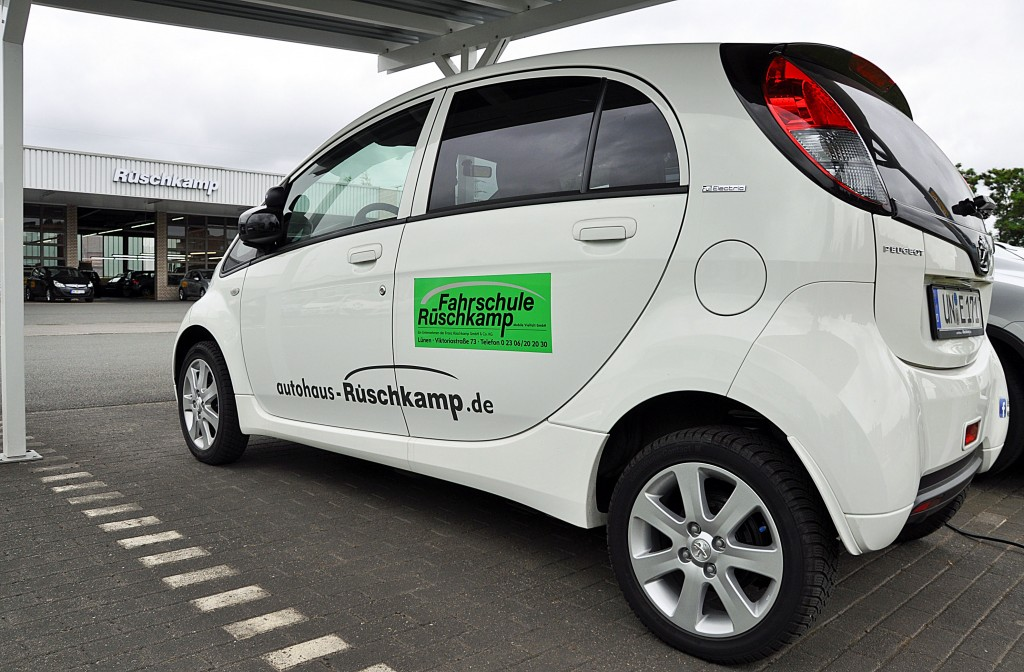 Peugeot iOn als Fahrschulwagen umgerüstet