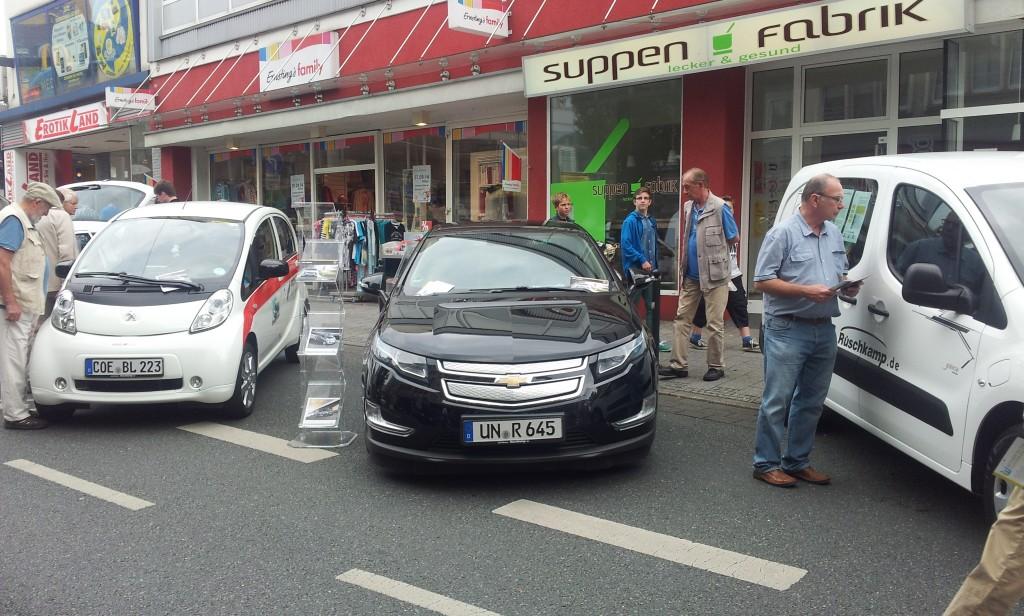 Die drei Fahrzeuge des Autohauses Rüschkamp von Chevrolet und Peugeot
