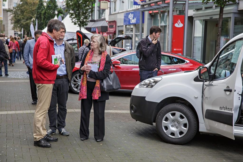 Die Bochumer Oberbürgermeisterin beim Rundgang, hier an unserem Stand  mit dem Peugeot Partner Electric