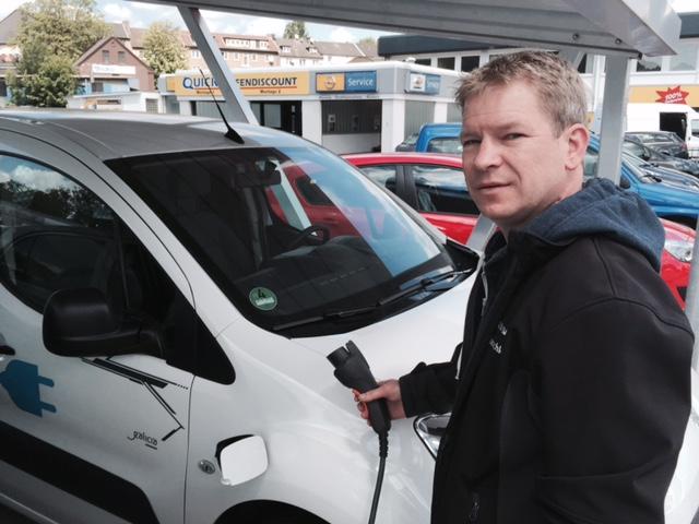 Herr Jaschke lädt seinen neuen Partner mit Sonnenstrom am Solarcarport