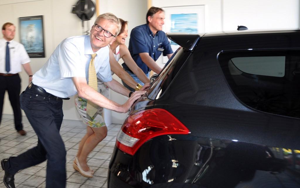 Ein Star der - fossilen - Autoindustrie fährt jetzt so sparsam wie noch nie. Das Sparmobil wird angetrieben durch Körperkraft . Du musst es schieben. (frei nach Frantz Wittkamp)