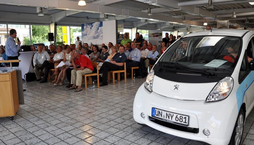 der Carwalk wird eröffnet vom Peugeot iOn, dem ersten Großserien-Elektroauto.