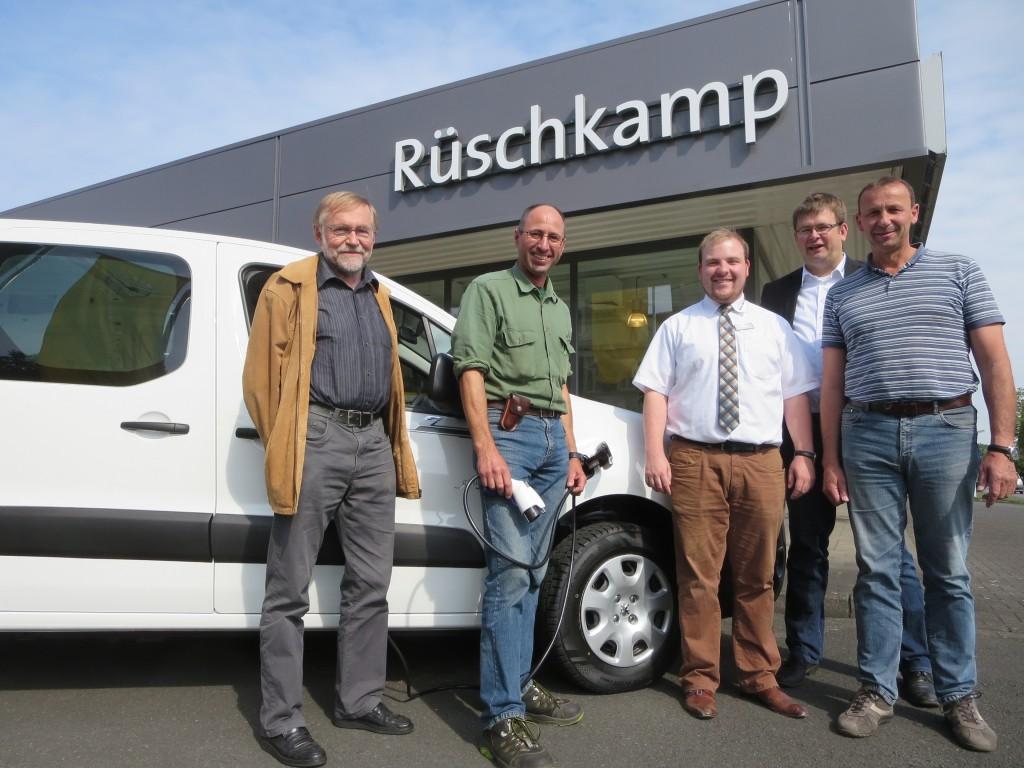 Bernd Lieneweg, Dr. Wolfgang Graf,, Christof Wacker, Matthias Füller und Werner Hettwer freuen sich über die Auslieferung des ersten Elektroautos an die Stadt Lüdinghausen.