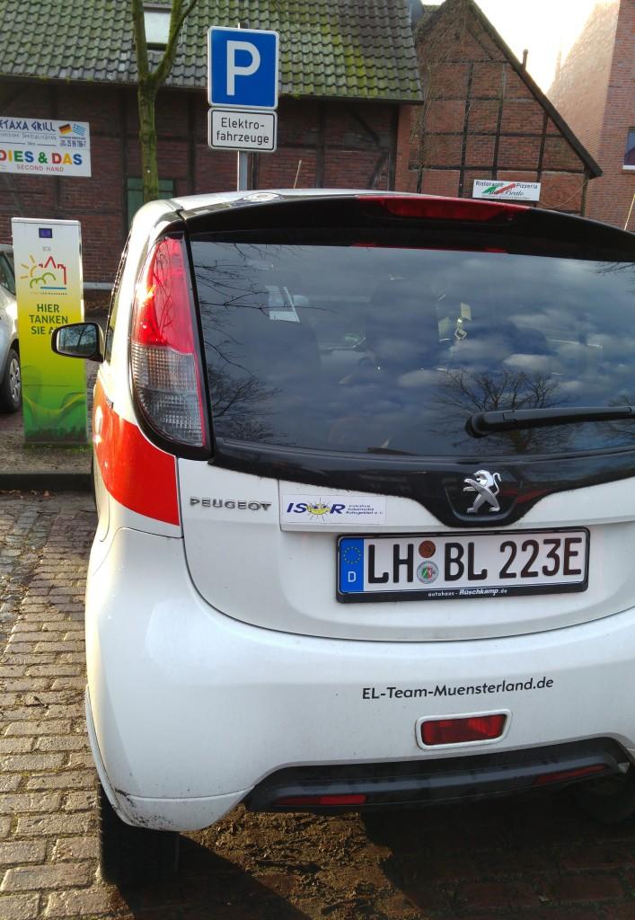 Ein Peugeot iOn , zugelassen 2011, 50000 km ohne Probleme gefahren, hat jetzt auch das begehrte E-Kennzeichen. Nicht nur an der Ladesäule von EBG Compleo darf das Elektroauto jetzt ohne Parkschein parken.