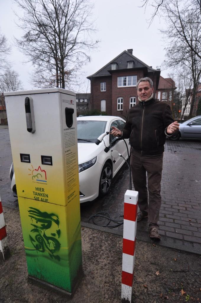 Amandus Petrausch vor der Elektro-Ladesäule. Über die Feiertage saft- und kraftlos, so die WN am 4.1.2016, im neuen Jahr funktioniert die E-Tankstelle wieder! (siehe unten)
