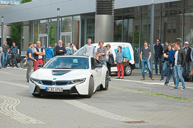 Einmal mit einem BMW i8 die Kurve kratzen. Bei den Testfahrten am Montagabend auf dem FH-Gelände war das möglich. Für die kleineren E-Gefährte gab es auch schon mal Hilfestellung, um das Gleichgewicht zu halten. Foto: Drunkenmölle