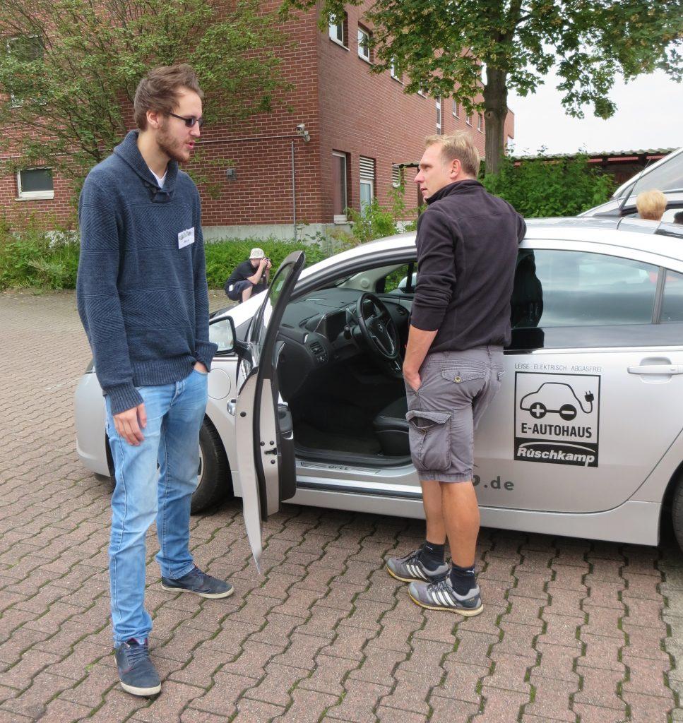 Arne Grahl in einem Gespräch mit einem Interessenten.