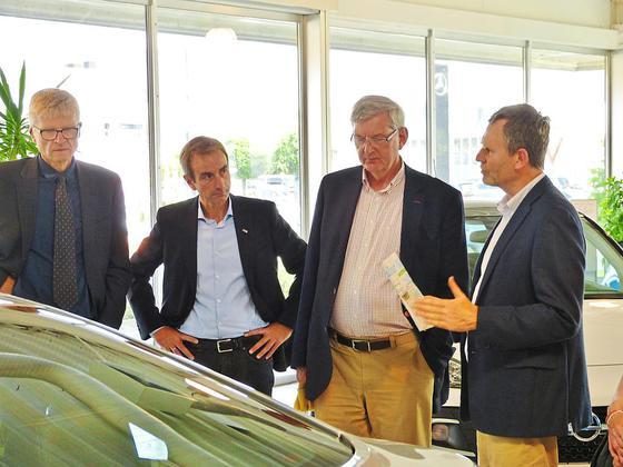 MdB Karl Schiewerling (2.v.r.) besuchte gemeinsam mit den heimischen CDU-Vertretern Bernhard Möllmann (v.l.) und Dieter Tüns das Autohaus von Joan Hendrik Rüschkamp. Foto: CDU