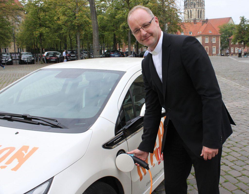 Stromstecker statt Benzin-Zapfhahn: Hier lässt Dr. Jochen Reidegeld die Elektronen in sein Auto fließen.